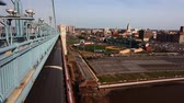ponte : Philadelphia Pennsylvania cityscape from the Benjamin Franklin Bridge Vídeos