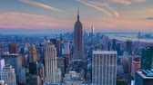 imparatorluk : Zoom out of nightfall in the heart of Manhattan