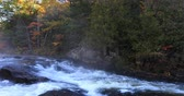vibrante : 4K UltraHD Algonquin river rapids in beautiful autumn colors Stock Footage