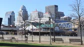 arranha céus : Timelapse of Louisville, Kentucky near the riverfront 4K