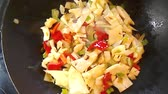 de baixa caloria : White cabbage in a chinese wok, preparing