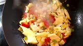de baixa caloria : White cabbage in a chinese wok
