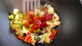 hazırlanıyor : Stir-frying vegetables in a wok with camera round drive Stok Video