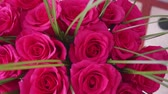 escarlate : Beautiful blossoms of red roses. Bouquet of flowers close-up
