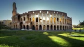 ruína : Colosseum in Rome and morning sun, timelapse