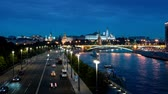 russe : Moscow hyper lapse, night view of the Kremlin and Moskva River Vidéos Libres De Droits
