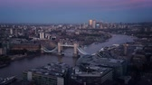 língua : time lapse London skyline with illuminated Tower bridge and Canary Wharf, UK
