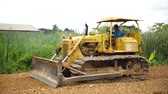 pavimentação : PATHUM THANI, THAILAND- JUL 3: Worker controlling soil compactors to grade land level on Jul 3, 2015 in Pathum thani, Thailand