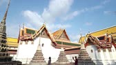 reclináveis : BANGKOK, THAILAND – MARCH 10 : Temple roof of Wat po Thai Buddhist temple, Dolly shot, Thailand on MARCH 10, 2017