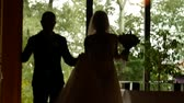 pas getrouwd : Happy and cheerful bride and groom entering the restaurant for wedding party. Just married. Bokeh effect