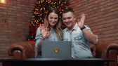 gauč : couple wishes Merry their relatives through web camera