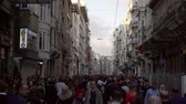 異人種間の : ISTANBUL, TURKEY - NOVEMBER 4, 2018: crowd of people on main street of Istanbul
