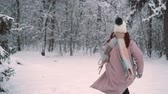 parques : woman runs effortlessly in snow-covered park