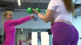 formazione personale : Female fitness trainer coaching her fat client