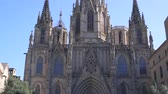 카탈 루나 : BARCELONA, SPAIN - FEBRUARY 19, 2019: Facade of Gothic cathedral in historic city