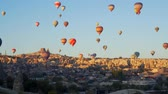 jaskinia : GOREME, TURKEY - NOVEMBER 1, 2018: colorful hot balloons fly over city Wideo