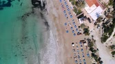데 : Top view of sandy beach on shores of crystal clear sea equipped with sun loungers, Coral Bay, Cyprus
