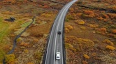путь : Aerial view of car driving along road in an autumn landscape, Iceland, national park Thingvellir