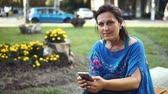 usar : Portrait of an Amazing Woman with a Smartphone Outdoors. Pretty Brunette Using Her Mobile Phone with Touch Screen Standing in the Park Stock Footage