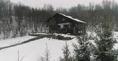 accogliente : House in the woods in the mountains at winter weather. 4K Ultra HD Filmati Stock