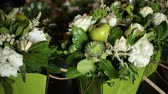 aveludado : Close up shot of white bouquet of roses and vegetable from the table at wedding day. Vídeos