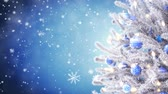 januari : New Year tree with falling snowflakes Stockvideo