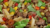 определенный : Minced meat with pasta and vegetables on a pan