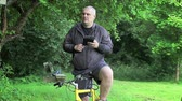 j��zda na kole : Man with tablet PC on bicycle in the park