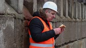 hranolky : Worker eating hamburger at outdoor Dostupné videozáznamy