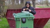 andarilho : Homeless keep food on waste container and take food Stock Footage