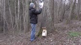 vysedět : Man with measure tape and birdhouse near tree Dostupné videozáznamy