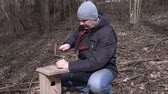 vysedět : Man hit nail into the birdhouse and show thumb up Dostupné videozáznamy