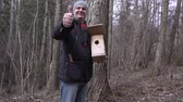 vysedět : Happy man with birdhouse show thumb up