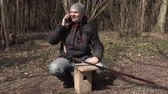 vysedět : Man talking on phone near birdhouse and show thumb up Dostupné videozáznamy