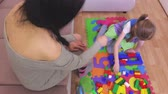 kız : Mother near daughter who playing with toy bricks
