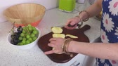 maçãs : Woman split the apple in slices