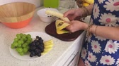 fruto : Woman removes banana peel