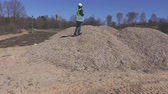 работа : Woman engineer on gravel pile