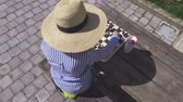 insanlar : Woman in straw hat near table with chess