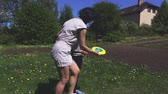 školka : Mother teaches daughter playing flying disc