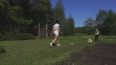 детский сад : Family throws frisbee Стоковые видеозаписи