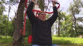 životní styl : Man doing exercise for chest at outdoor
