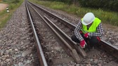kolej : Worker fixing rails Wideo