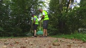 varredura : Two workers clear path in the park
