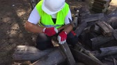 handle : Worker using hammer on wooden laths Stock Footage