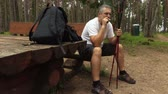 palacz : Hiker sitting on bench and smoking Wideo