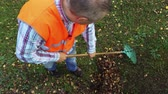 ancinho : Worker with rake in a park Vídeos