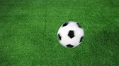 arremesso : Soccer ball bouncing on soccer field in slow motion