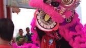 simbolismo : Performers donning lion dance costume