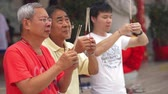 místní : People praying with joss sticks at local temple